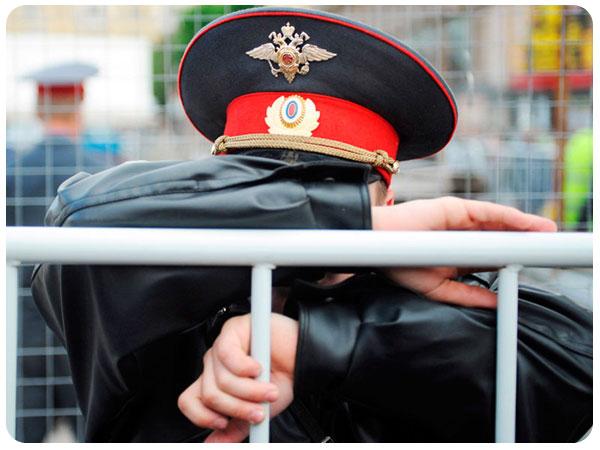 полицейский закрывает лицо