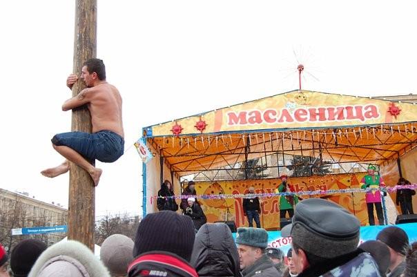 мужик лезет на столб
